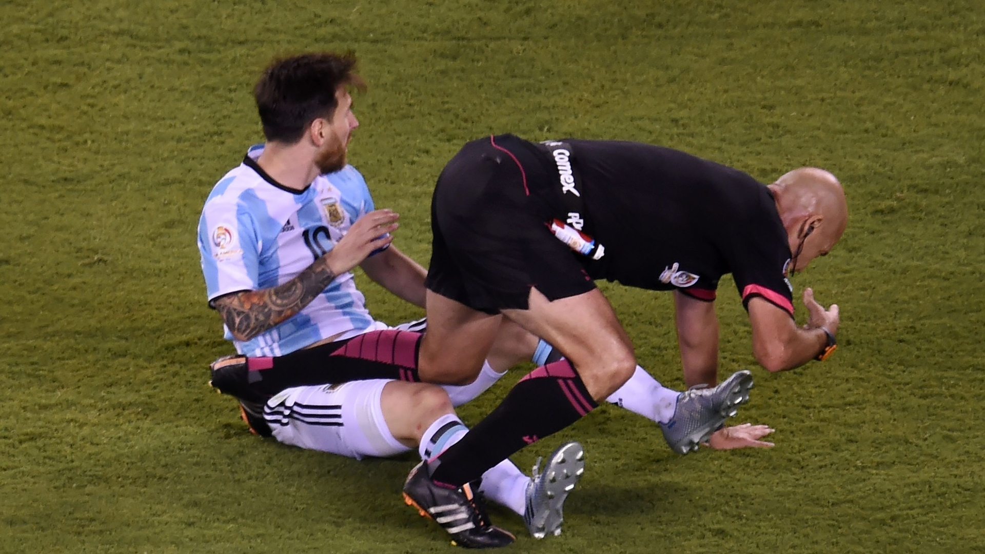 Juiz Heber Roberto Lopes tromba com Messi durante final da Copa América