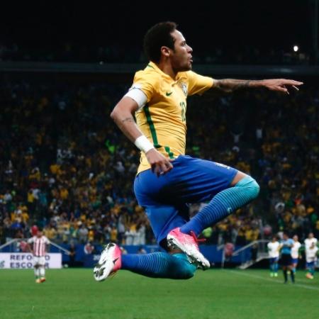 Neymar marca e comemora o segundo gol do Brasil contra o Paraguai; seleção se classifica para a Copa de 2018 - Miguel SCHINCARIOL/AFP