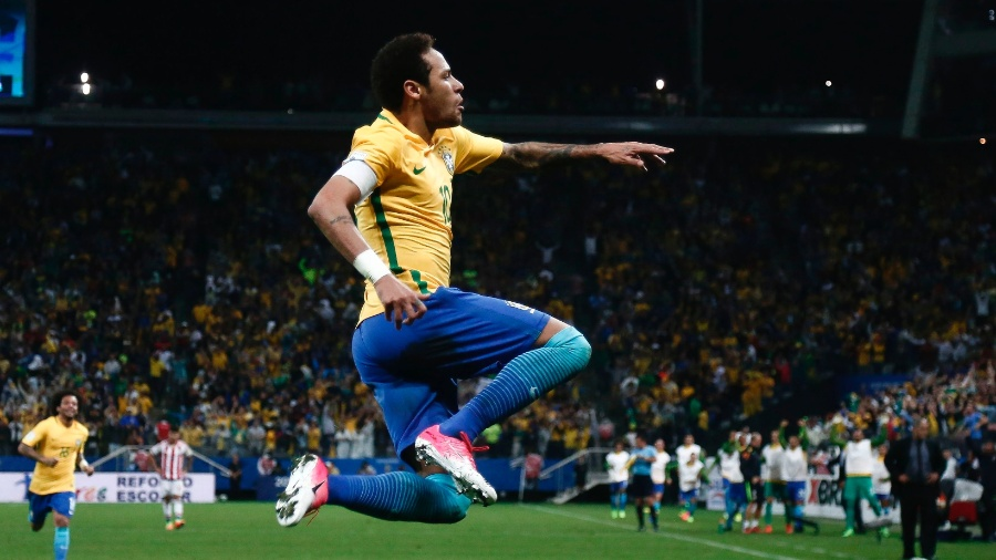 Neymar marca e comemora o segundo gol do Brasil contra o Paraguai na eliminatórias - Miguel SCHINCARIOL/AFP