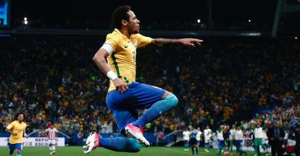 Neymar marca e comemora o segundo gol do Brasil contra o Paraguai