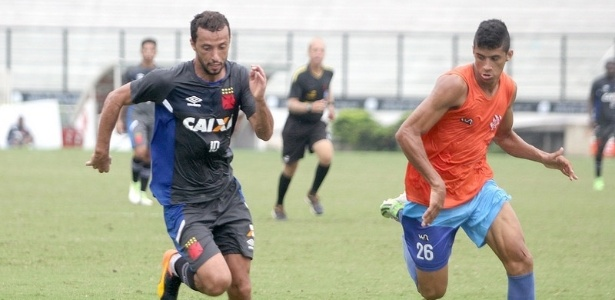 Nenê (à esq.) elogiou parte tática do treinador Milton Mendes