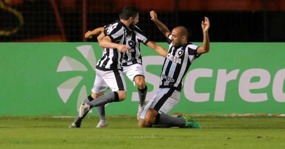 Roger abre o placar e comemora o primeiro gol do Botafogo contra o Sport