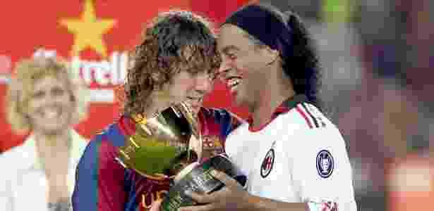 Carles Puyol entrega o Troféu Joan Gamper a Ronaldinho Gaúcho em 2010 - Xavier Bertral/EFE - Xavier Bertral/EFE