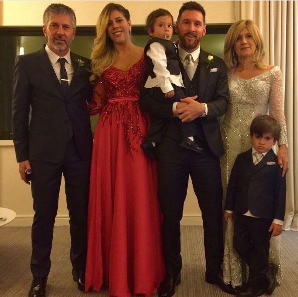 Pais, irmã e filhos de Lionel Messi posaram juntos no casamento