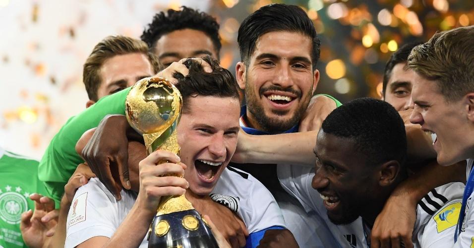 Capitão das Alemanha, Julian Draxler levantou a taça da Copa das Confederações