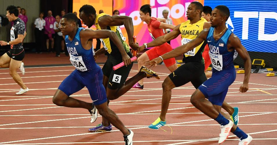 Bolt recebe o bastão de Yohan Blake antes de sentir a lesão