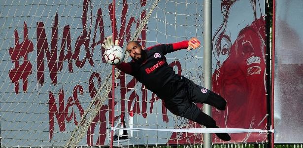 Danilo Fernandes salta para fazer defesa em treinamento do Internacional