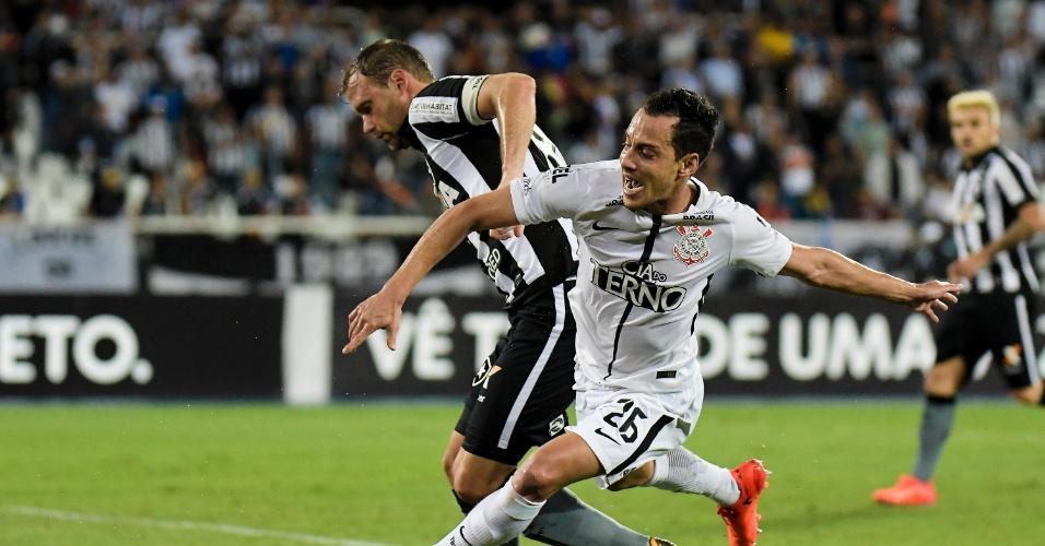 Joel Carli e Rodriguinho disputam a bola durante Botafogo x Corinthians