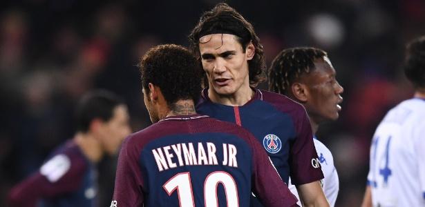 Cavani conversa com Neymar durante jogo do PSG