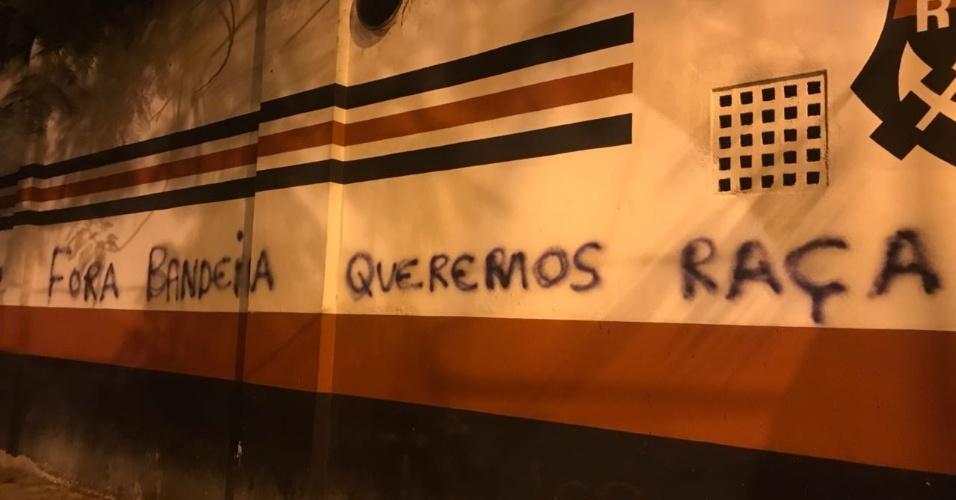 Os muros da Gávea foram pichados após o tropeço do Flamengo no Maracanã