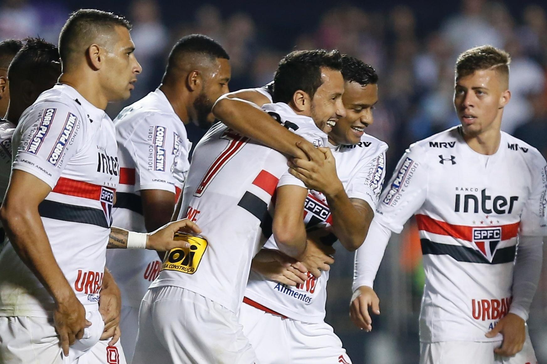 Jogadores do São Paulo comemoram gol de Nenê contra o Vitória