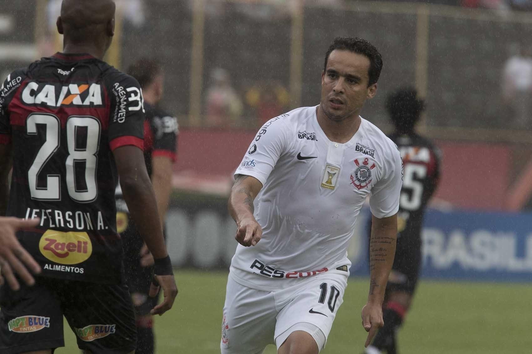 Jadson celebra gol marcado pelo Corinthians contra o Vitória