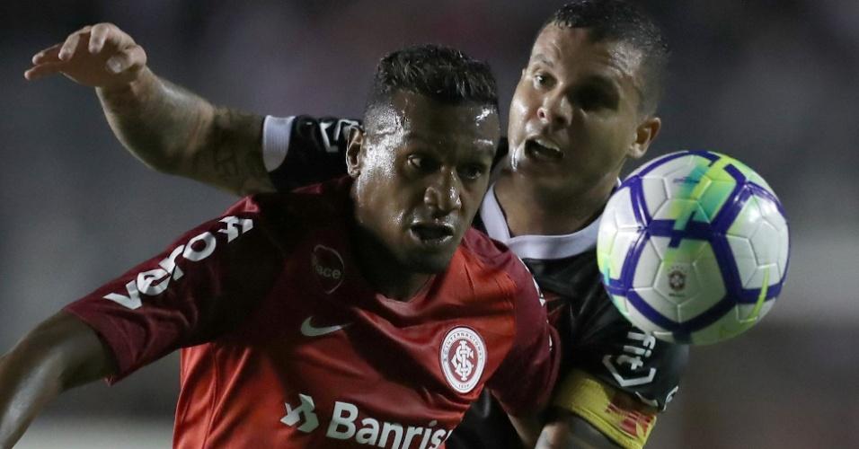 Edenílson e Ramon disputam bola durante Vasco x Internacional