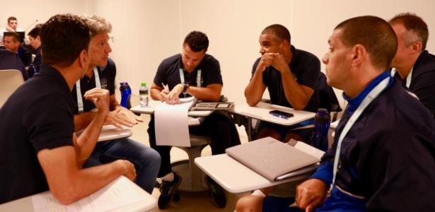 Renato Gaúcho e Roger Machado ficaram em mesmo grupo durante aula na Granja Comary - Divulgação