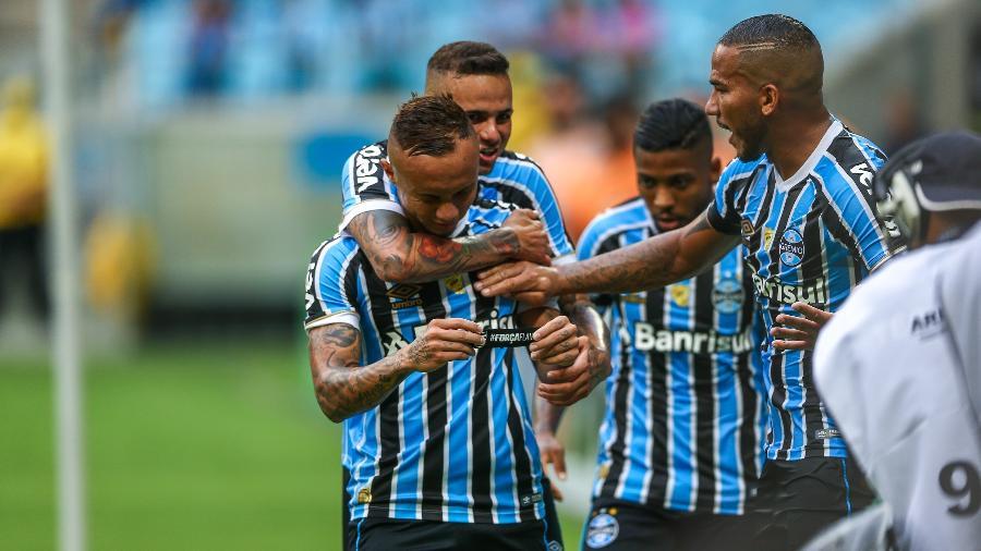 Everton homenageou vítimas de tragédia no CT do Flamengo após fazer gol - LUCAS UEBEL/GREMIO FBPA