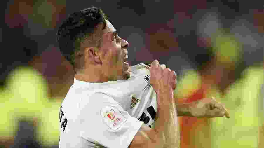 Gabriel Paulista comemora título do Valencia contra o Barcelona - PAU BARRENA / AFP