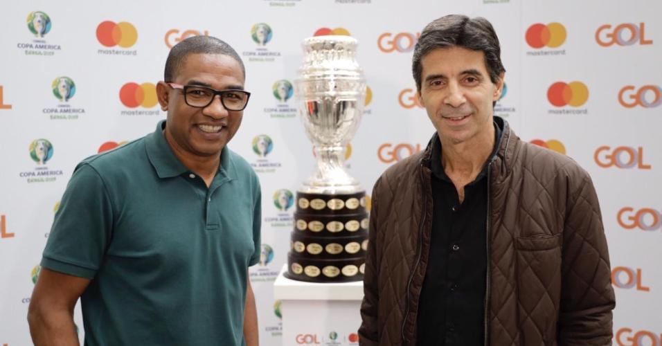 César Sampaio e Mauro Galvão, ex-jogadores da seleção brasileira, posam ao lado da taça da Copa América