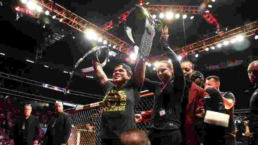 Amanda Nunes celebra após vitória sobre Holly Holm no UFC 239 - Sean M. Haffey/Getty Images