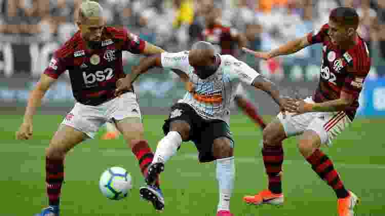 Vagner Love é apertado pela marcação do Flamengo - Daniel Vorley/AGIF