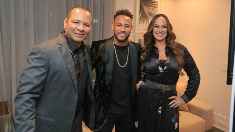 Neymar posa com o pai, Neymar, e a mãe, Nadine, na inauguração da sede da NR Sports - reprodução/Instagram
