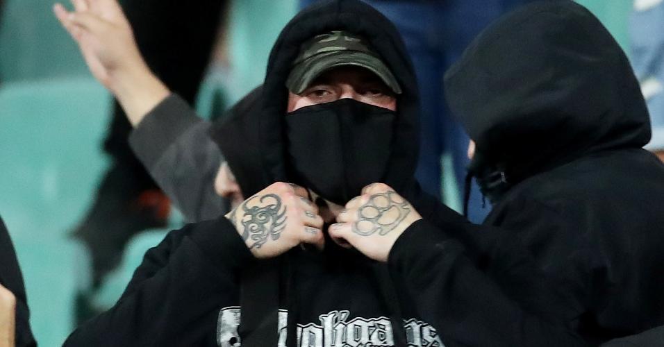 Torcedores da bulgaria tentam enconder o rosto após atos racistas