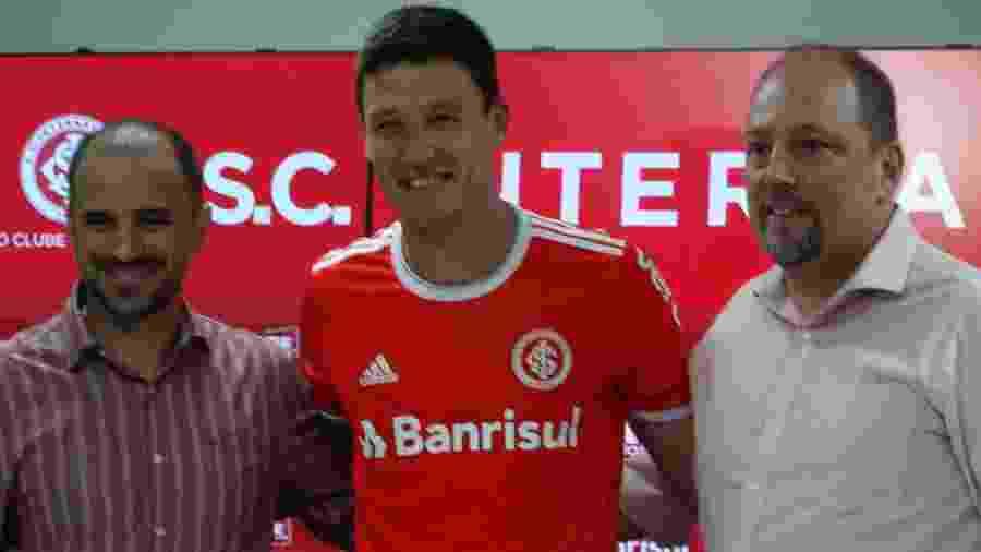 Damián Musto participa de apresentação com a camisa do Internacional - Marinho Saldanha/UOL