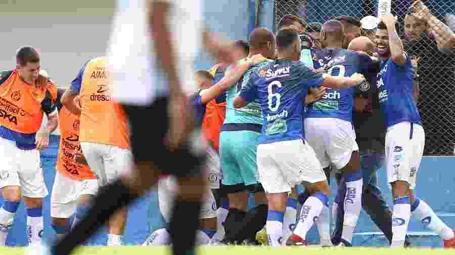 Jogadores do Aimore comemoram gol diante do Grêmio - Pedro H. Tesch/AGIF