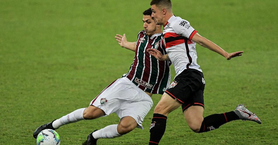 Nino, jogador do Fluminense, disputa lance com Renato Kayzer, jogador do Atletico-GO, em duelo válido pelo Brasileirão