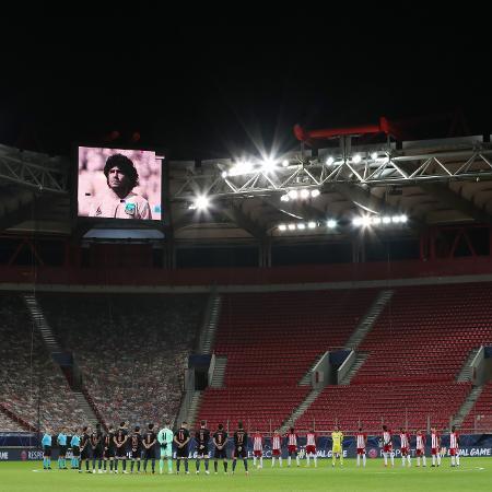 Jogadores de Olympiacos e Manchester City fazem um minuto de silêncio em homenagem a Maradona - ALKIS KONSTANTINIDIS/Reuters