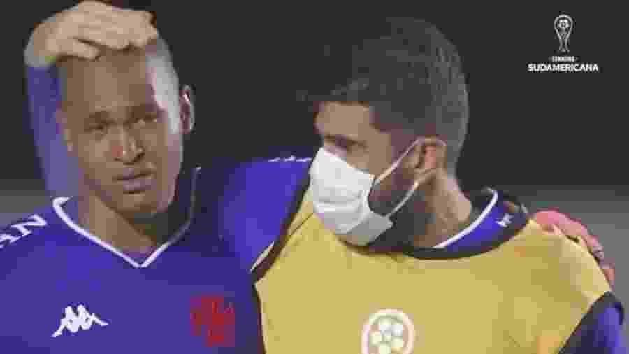 Jovem goleiro Lucão, de 19 anos, chorou após falhar e foi consolado pelo companheiro de setor Fernando Miguel - Reprodução / Conmebol TV