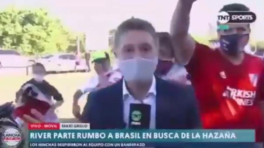 Repórter teve celular furtado ao vivo por torcedor do River Plate - Reprodução