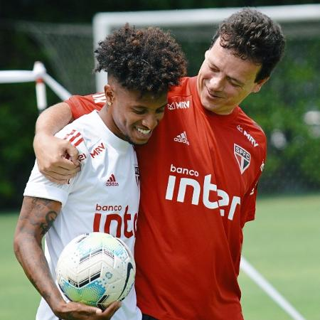 Tchê Tchê e Fernando Diniz se abraçam - Divulgação