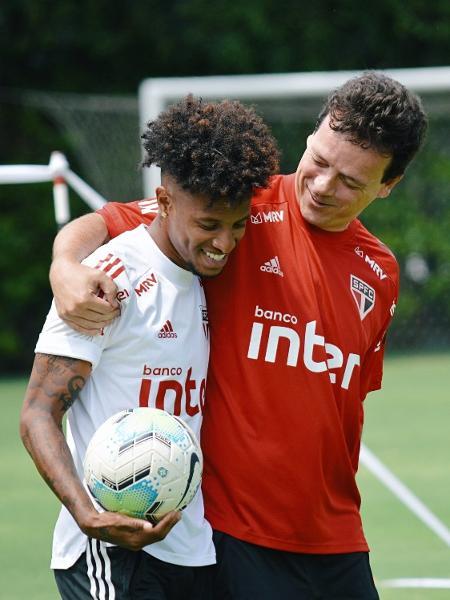 Tchê Tchê e Fernando Diniz se abraçam durante treino do São Paulo - Divulgação