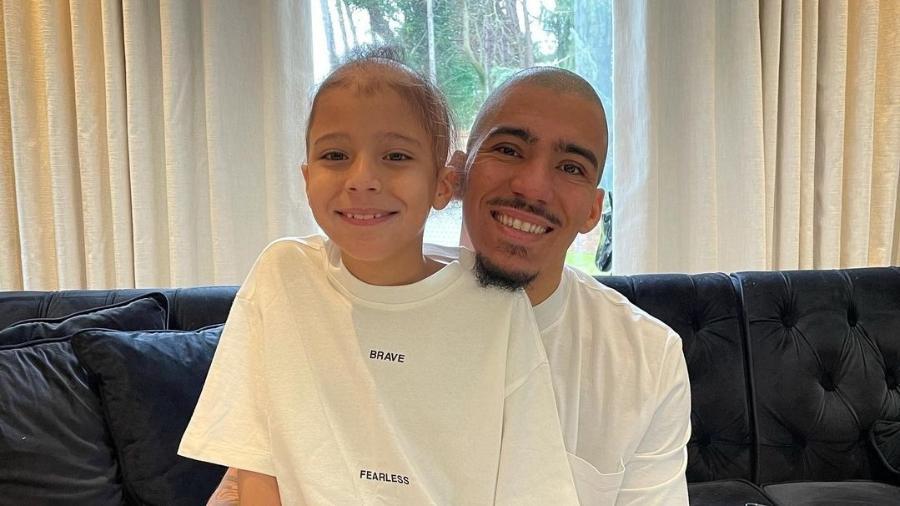 O jogador Allan Marques raspou a cabeça em apoio ao filho que possui alopecia - Reprodução/Instagram/Thais Valentim