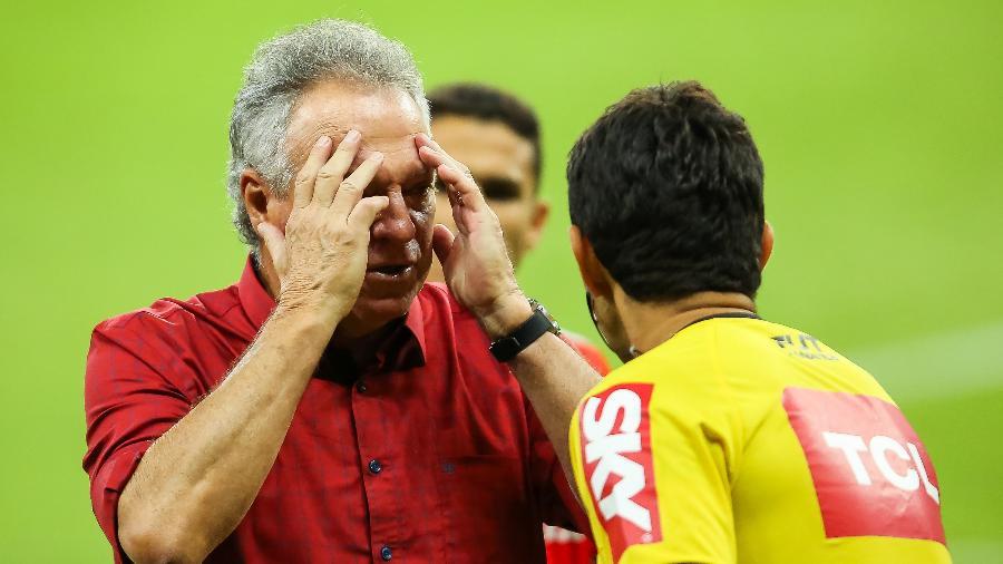 Abel Braga discute com árbitro durante partida contra o Corinthians - Pedro H. Tesch/AGIF