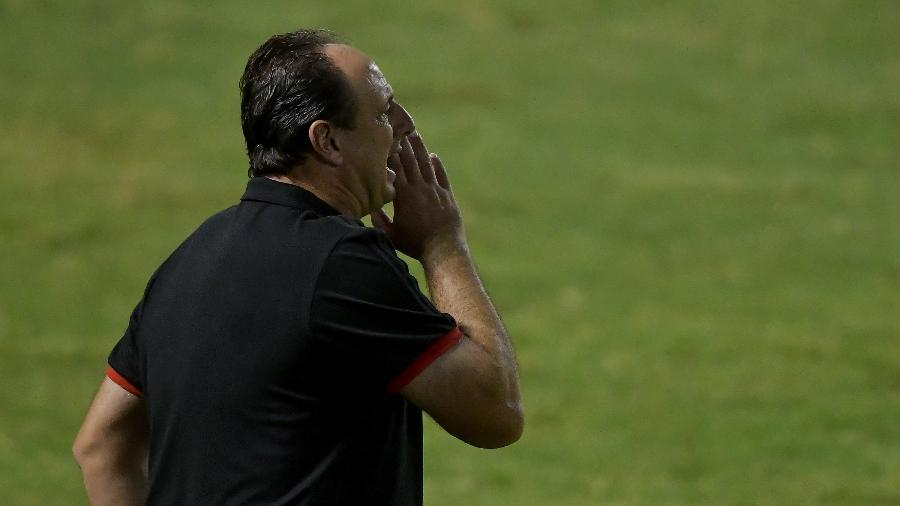 Técnico Rogério Ceni orienta jogadores durante partida do Flamengo - Thiago Ribeiro/AGIF