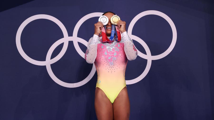 Ginasta brasileira Rebeca Andrade posa com as duas medalhas conquistadas nos Jogos Olímpicos de Tóquio - Laurence Griffiths/Getty Images