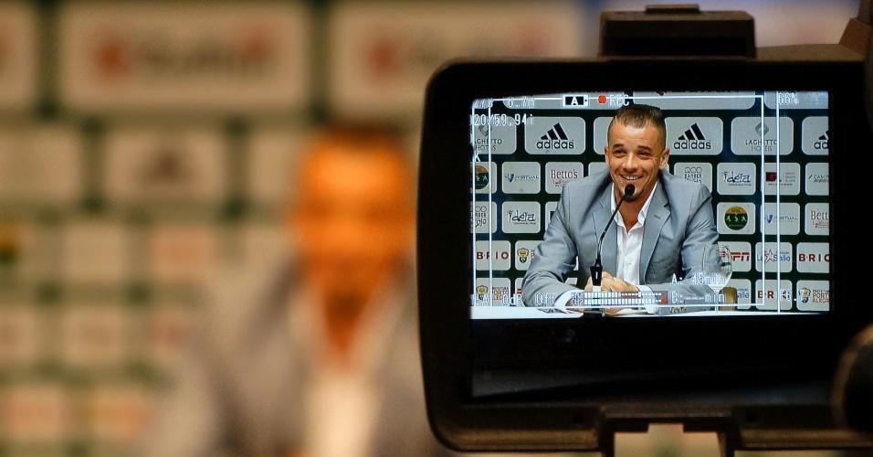 04.nov.2015 - D'Alessandro sorri durante lançamento da 2ª edição do 'Lance de Craque'