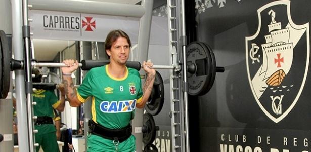 Volante Diguinho realiza avaliações médicas do Vasco em São Januário