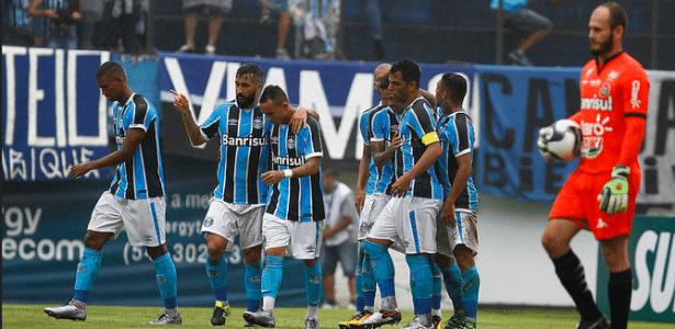 Everton é abraçado por Douglas comemorando gol do Grêmio
