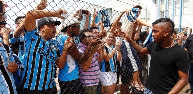 Miller Bolaños é recebido com festa da torcida do Grêmio e prepara estreia em breve