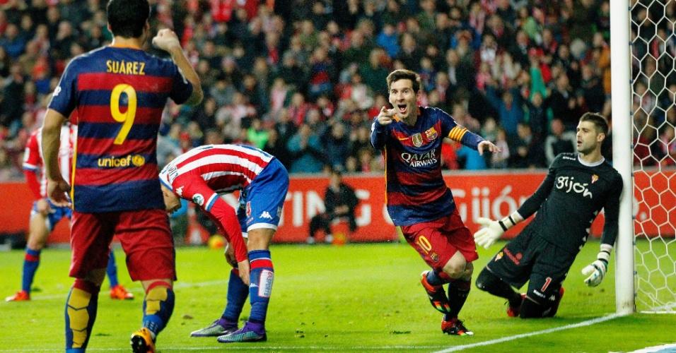 Lionel Messi comemora com Luis Suárez após marcar seu segundo gol na partida entre Barcelona e Sporting de Gijón