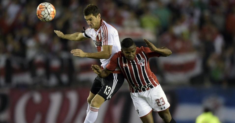 Lucas Alario e Thiago Mendes disputam bola no alto na partida entre River Plate e São Paulo