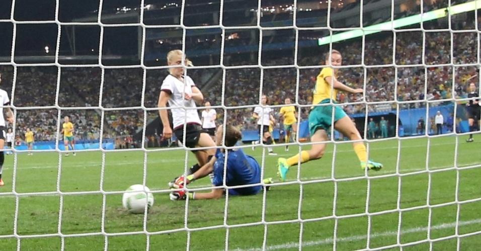 Caitlin Foord da Austrália marca gol na partida diante da Alemanha