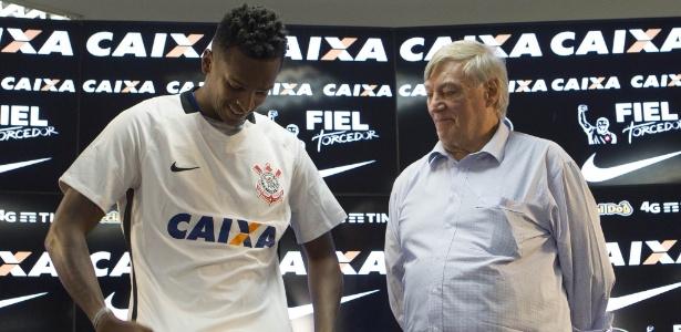 Jô recebe camisa das mãos de Flávio Adauto, novo diretor de futebol - Daniel Augusto Jr./Agência Corinthians