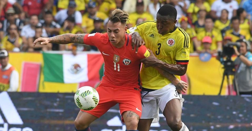 Oscar Murillo, da Colômbia, e Eduardo Vargas, do Chile, em disputa pela bola