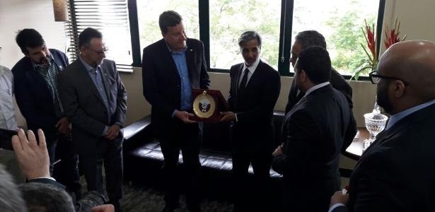 O xeque Al-Thani entrega presente a Luciano Buligon, prefeito de Chapecó