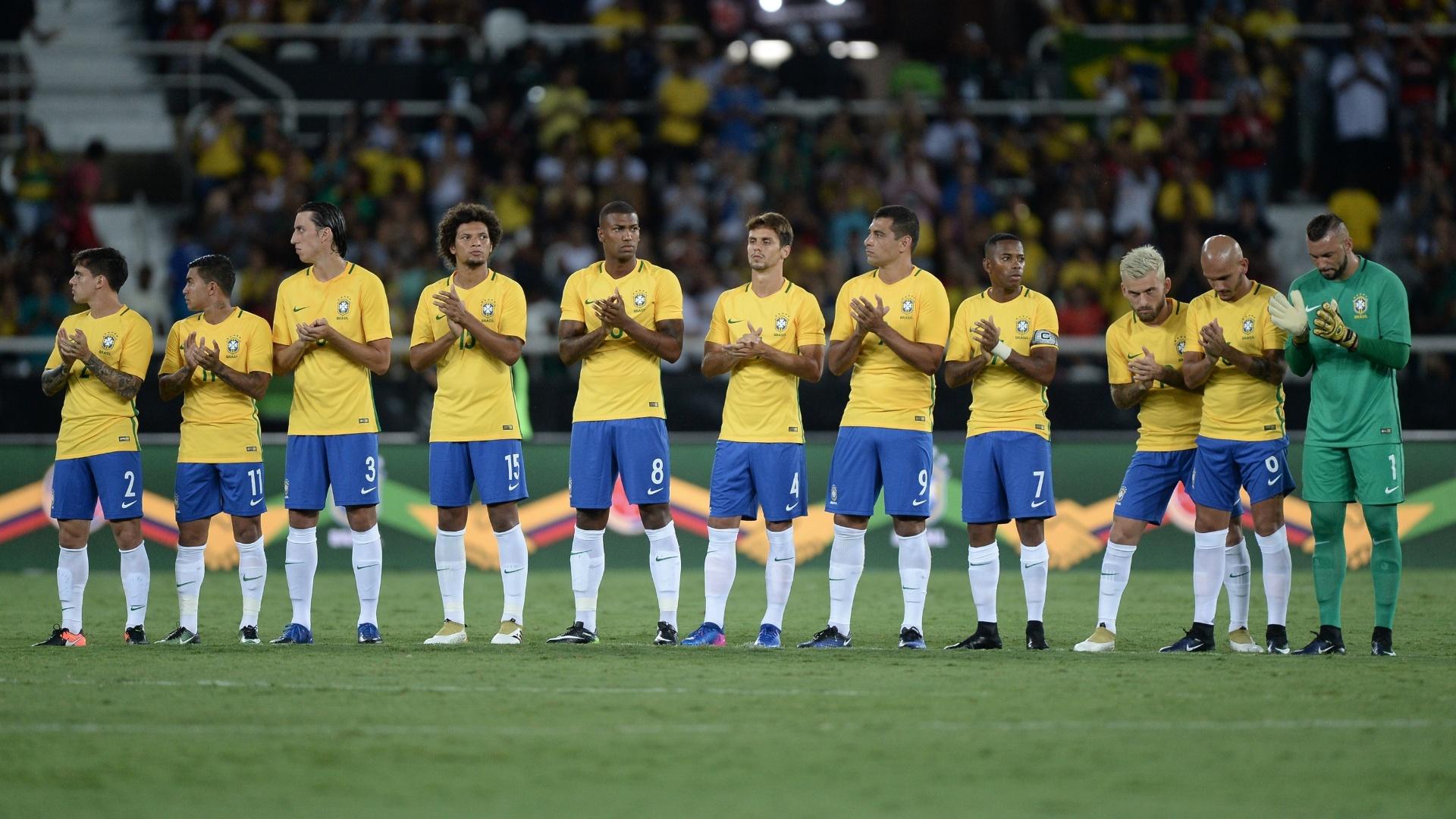 Jogadores da seleção batem palmas em homenagens aos mortos em Medellín