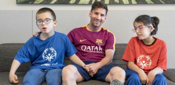 Messi visita crianças com necessidades especiais, na Espanha