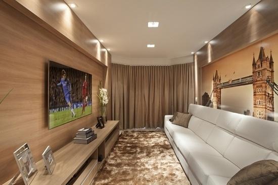 Grande sofá foi colocado na sala para acompanhar a televisão
